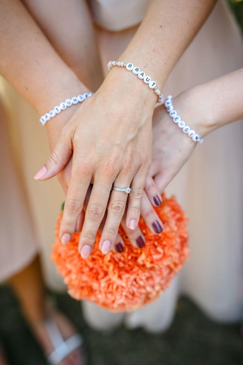Die Braut und ihre Brautjungfern tragen personalisierte Armbändchen