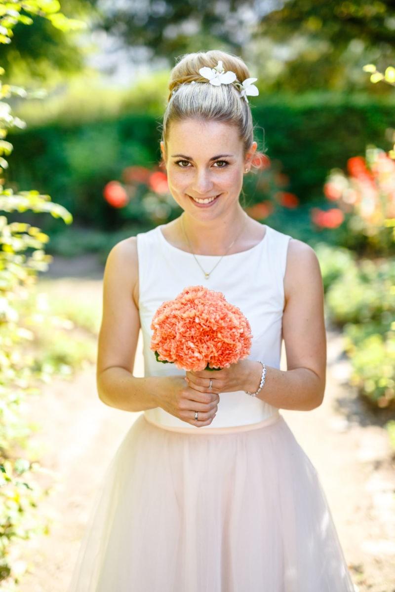 die Braut strahlt in die Kamera des Hochzeitsfotografen NRW