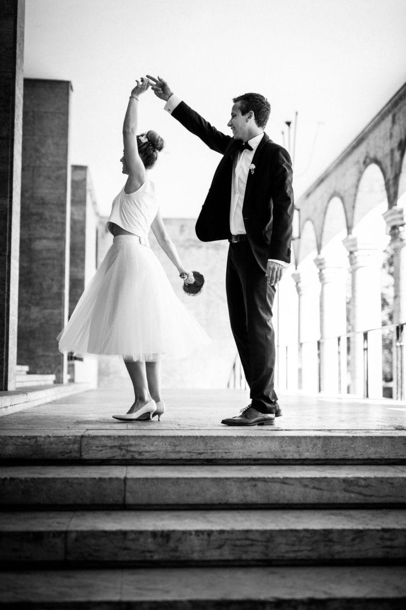 Das Brautpaar tanzt vor dem Standesamt in Mülheim an der Ruhr
