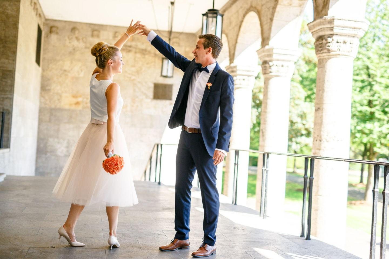 Das Brautpaar tanzt für sich während der Hochzeitsfotograf NRW sie fotografiert