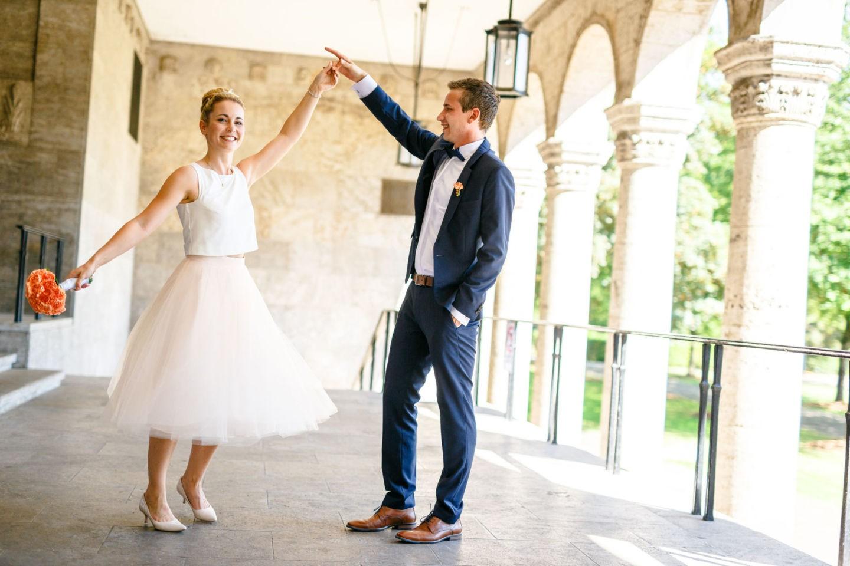 das Brautpaar tanzt vor dem Standesamt in Mülheim