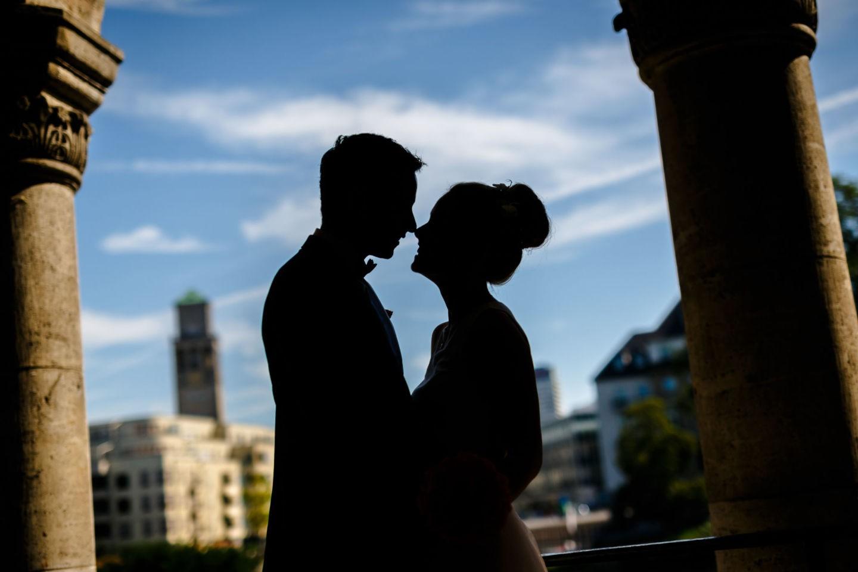 Das Brautpaar steht sich gegenüber und es sind nur die Silhouetten zu sehen