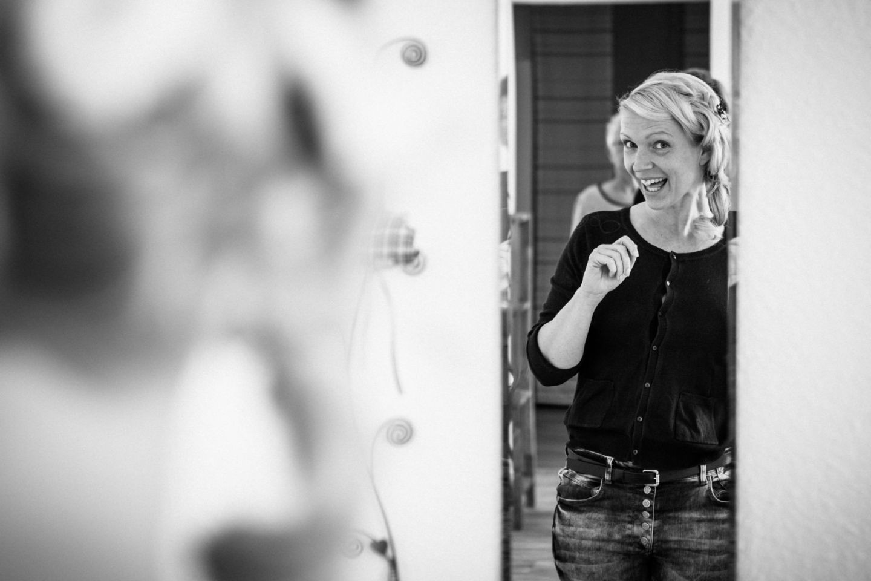 Die Braut freut sich über ihre Brautfrisur un dist im Spiegel fotografiert worden