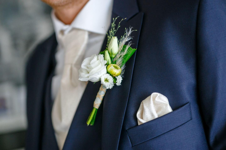 zu sehen ist der Anzug des Bräutigams mit der Ansteckblume