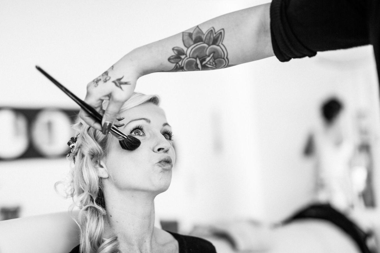 Die Braut bekommt ihr Make Up