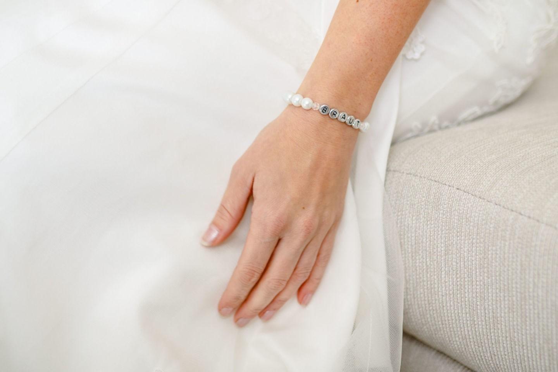Armband er Braut vor dem Hochzeitskleid