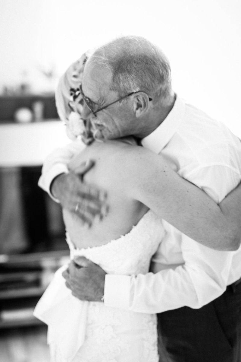 Die Braut umarmt den Brautvater