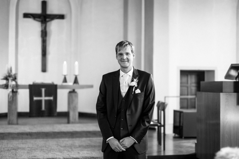 der Bräutigam wartet am Altar auf seine Braut