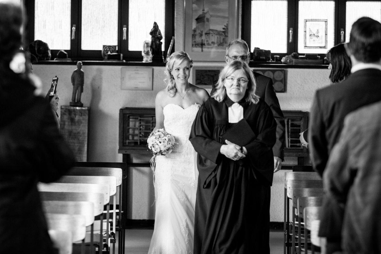 die Braut wird vom Brautvater in die Kirche geführt