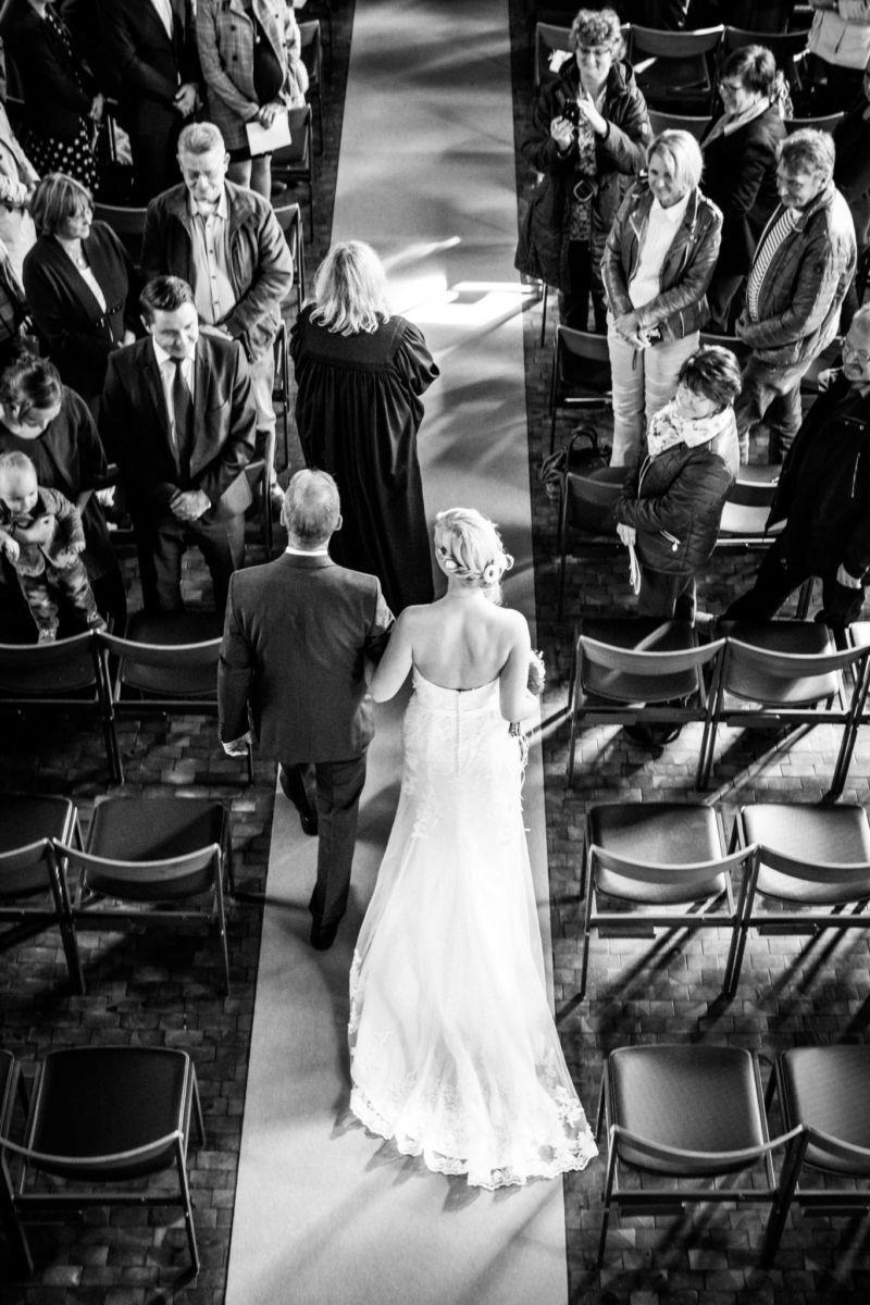 von oben ist die Braut am Arm des Brautvaters zu sehen