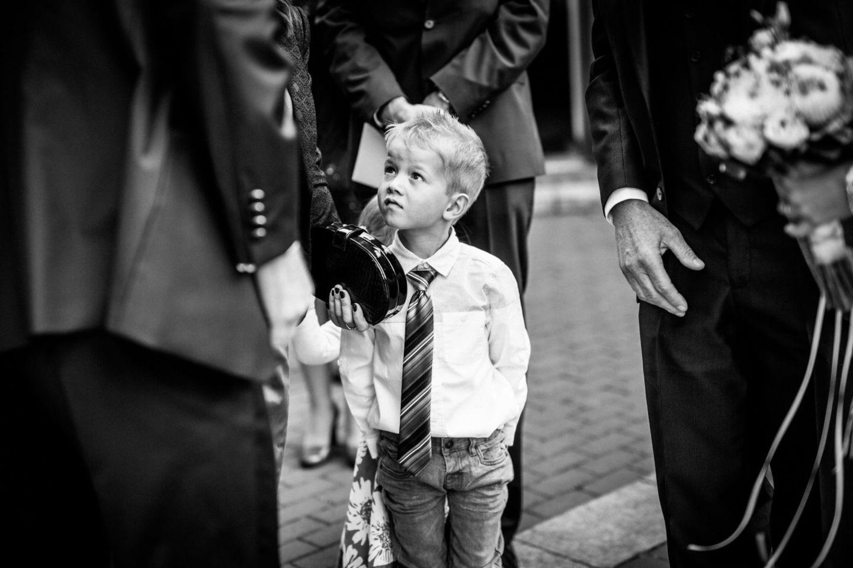 ein kleiner Junge sieht nach oben zur Braut