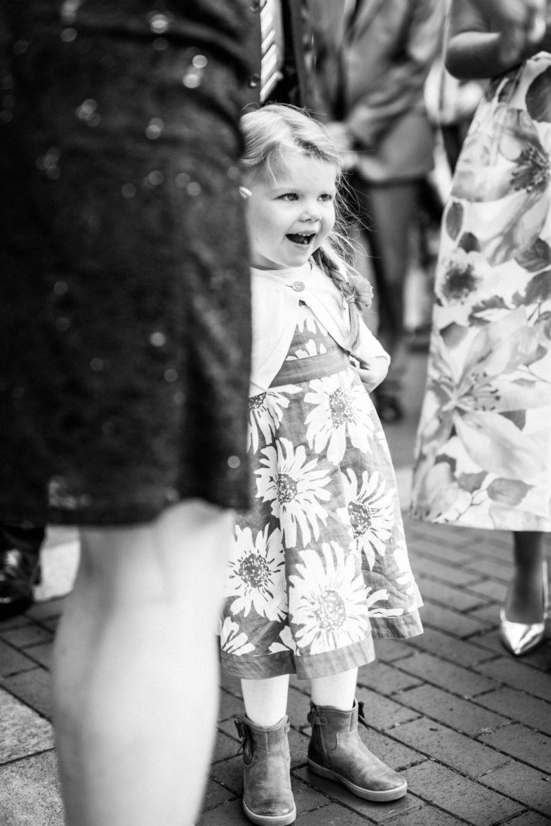 ein kleines Mädchen bewundert die Braut