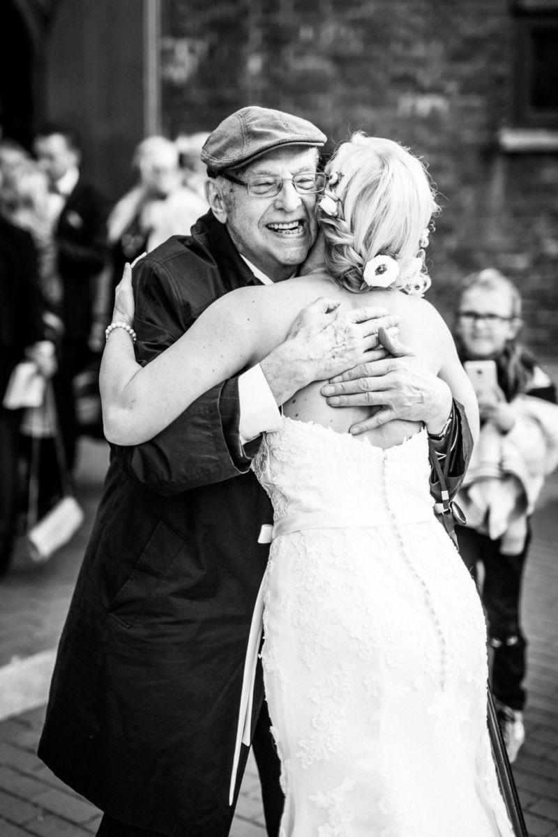 der Großvater schließt die Braut in seine Arme