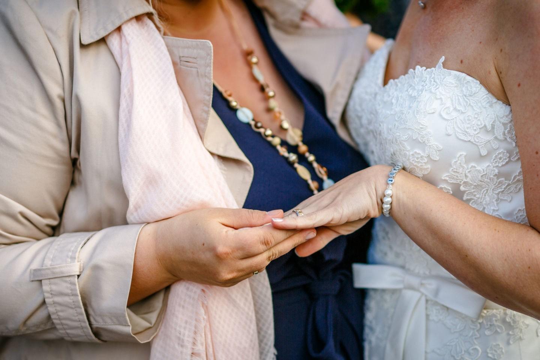 der Ehering der Braut wird bewundert