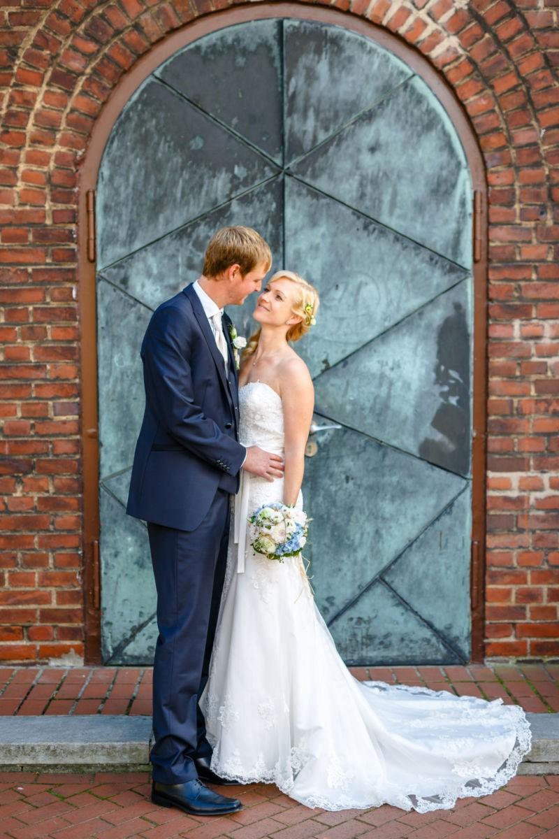 Das Brautpaar steht vor der Kirchentür
