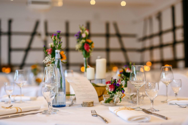 rustikale Hochzeitsdekoration mit Wiesenblumen
