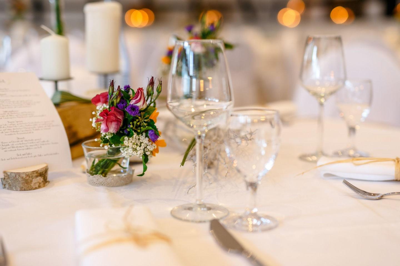 gedeckte Hochzeitstafel mit Wiesenblumen