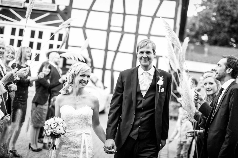 Die Hochzeitsgäste empfangen das Brautpaar an der Feierlocation in Essen