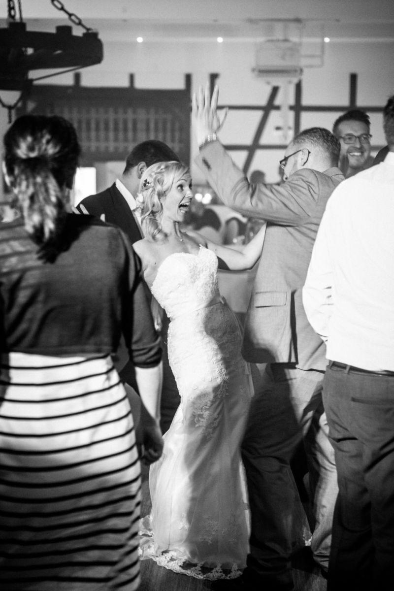 die Braut tanzt vergnügt auf dem Hochzeitsfest