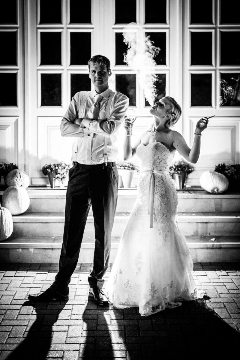 Braut und Bräutigam im Dunkeln mit Licht inszeniert