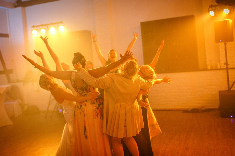 Gäste tanzen auf dem Hochzeitsfest