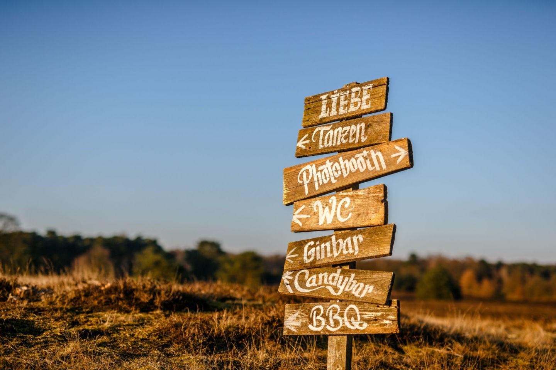 Wegweiser für eine Hochzeit aus Holz