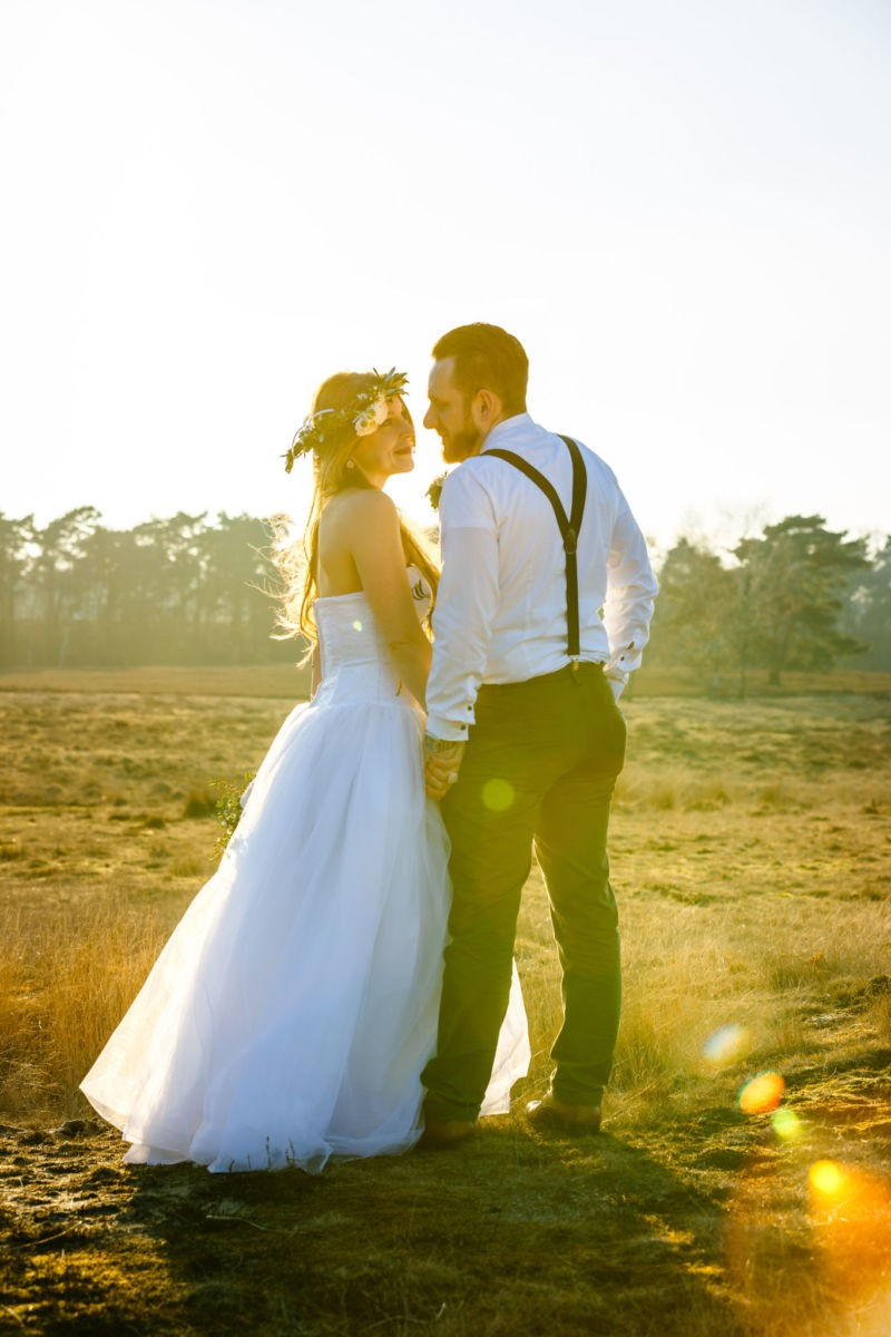 Das Brautpaar schaut sich verliebt an in der Location Westruper Heide