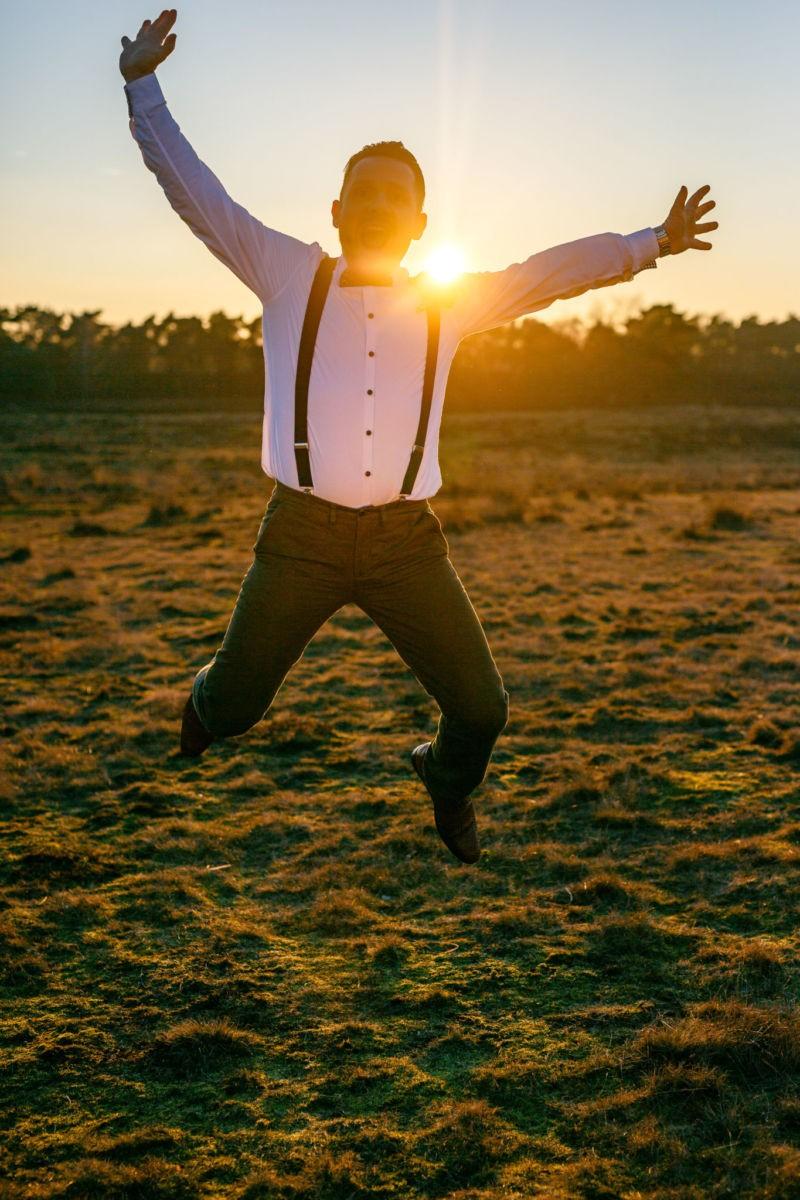 Der Bräutigam springt hoch in die Luft