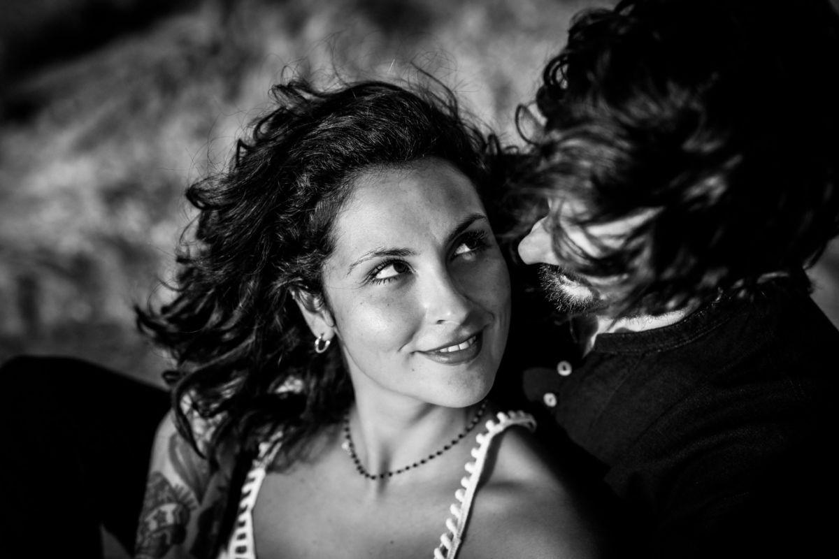 Das Paar guckt sich verliebt in die Augen bei seinem Engagementshooting