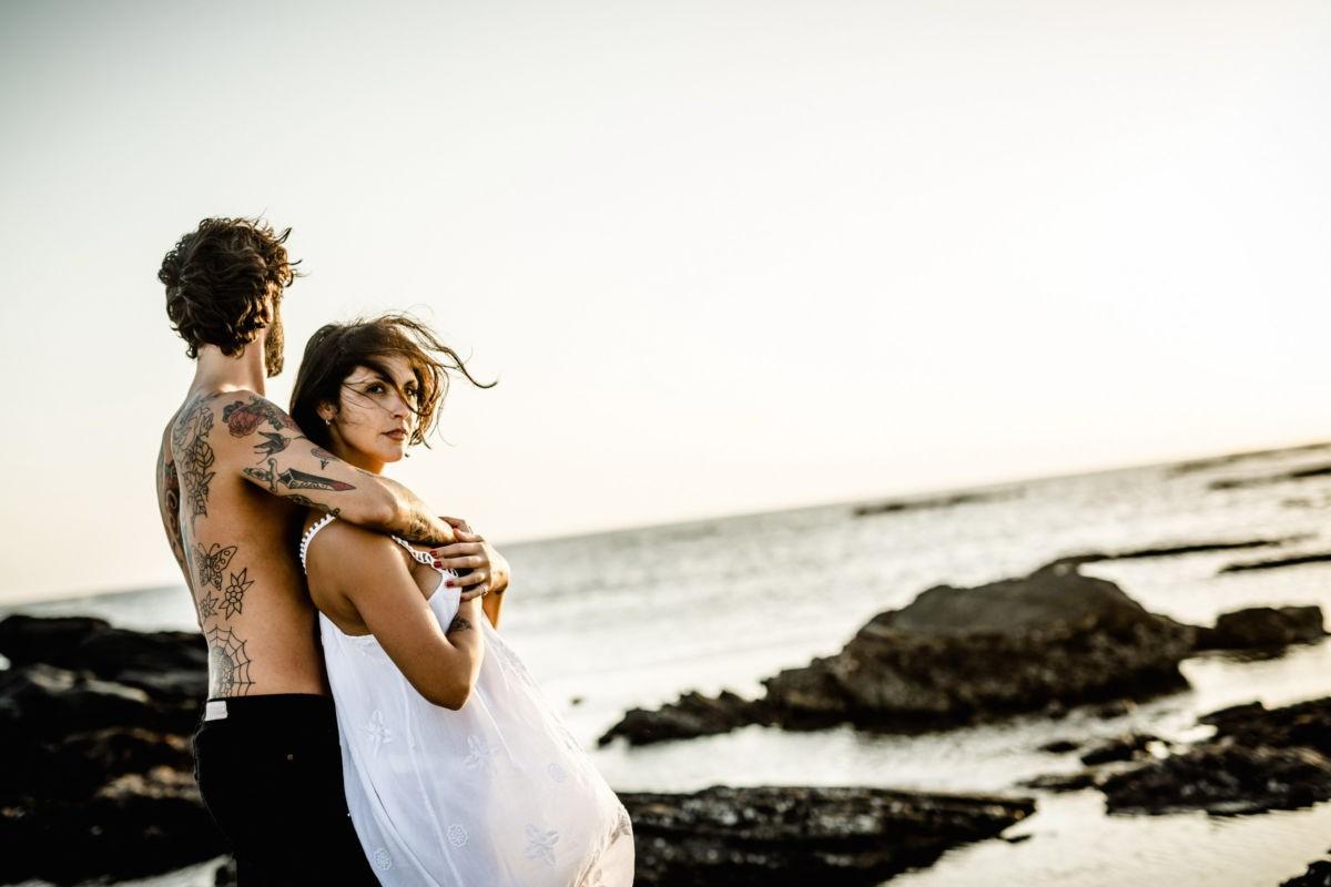 Paarfotos destination, der mann sieht in die Ferne, die Frau in die Kamera