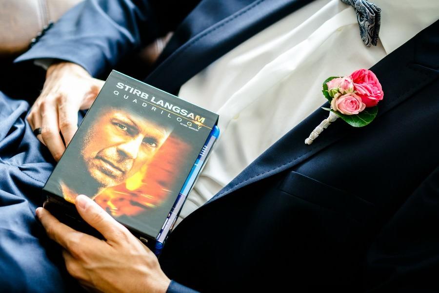 der Bräutigam hat die DVD stirb langsam auf dem Schoß liegen