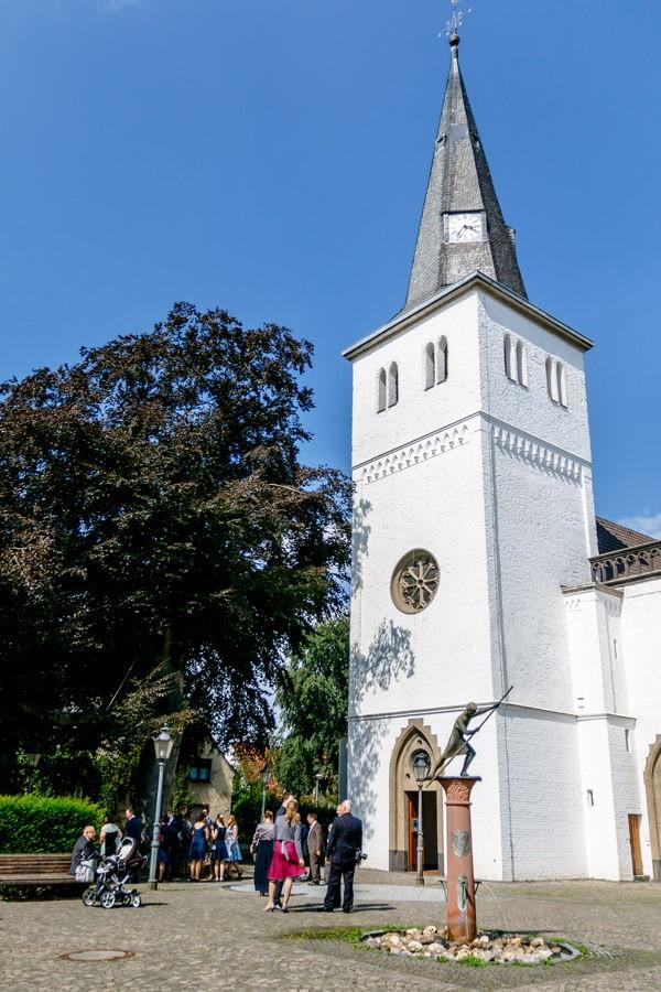 eine weiße Kirche vor blauem Himmel