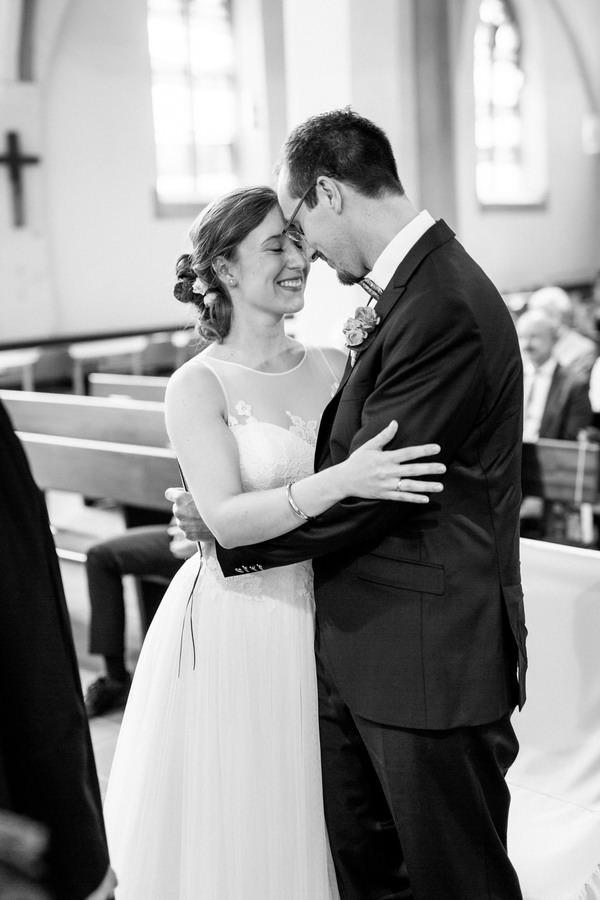 nach der Trauung legen Braut und Bräutigam die Stirnen aneinander und lächeln