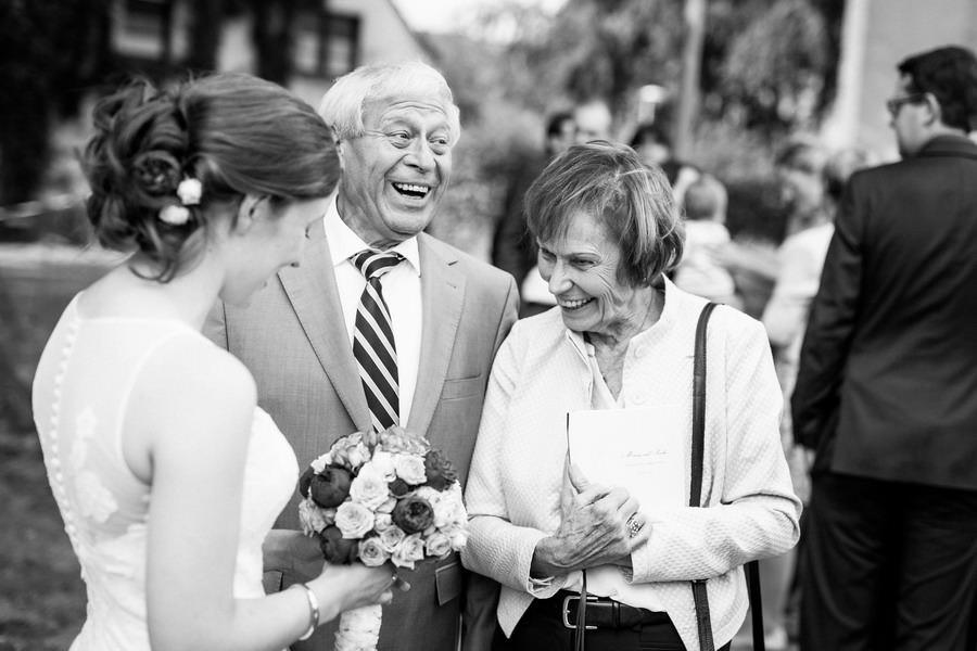 die Gr0ßeltern gratulieren der Braut vor der Kirche zur Hochzeit