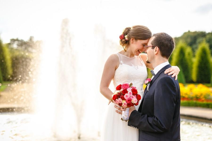 Braut und Bräutigam vor einem Springbrunnen