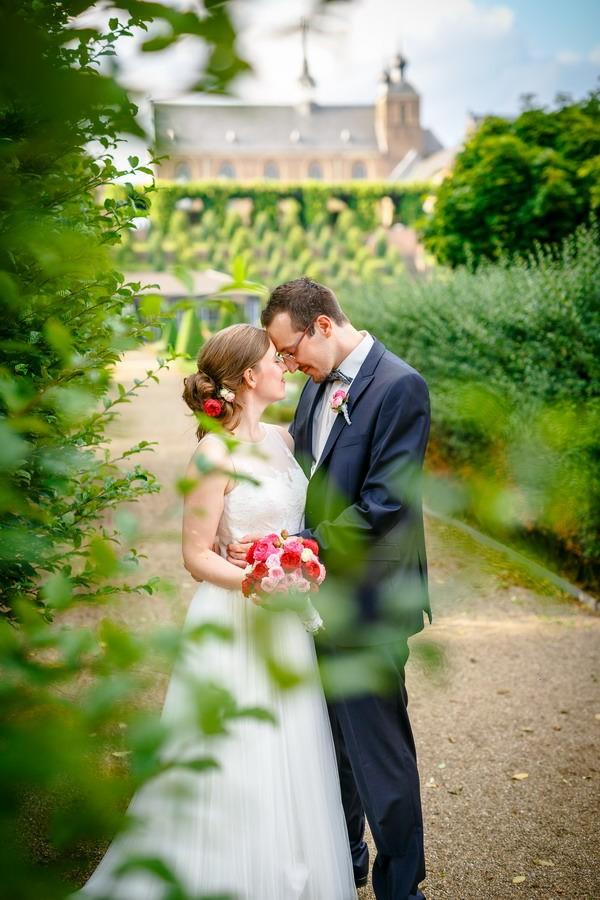 Ein Brautpaar steht vor der Abtei Kamp- Lintfort