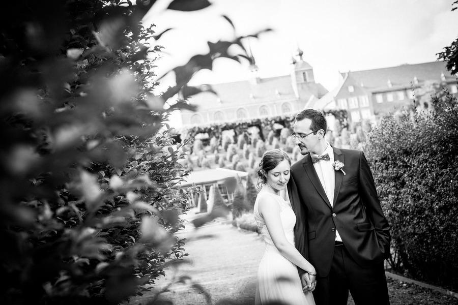 Ein Brautpaar steht Hand in Hand vor der Abtei Kamp-Lintfort