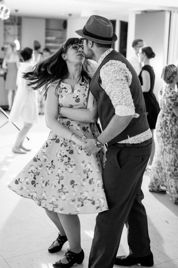 Ein Paar im 50s Look tanzt