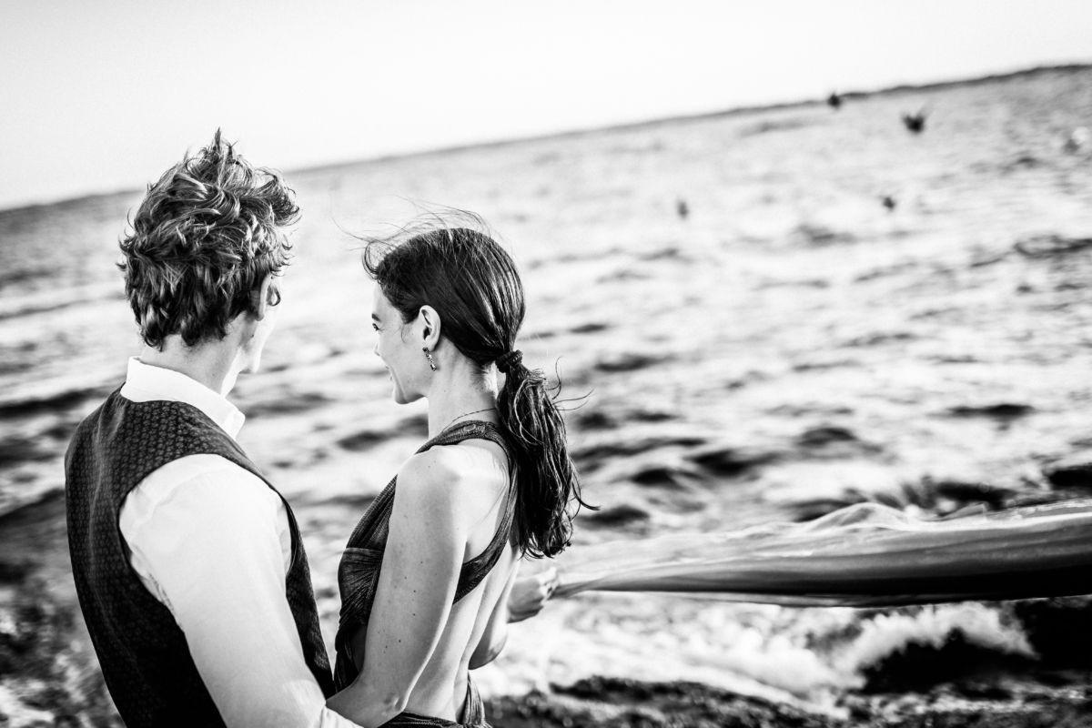 Paarshooting an der Küste am Meer
