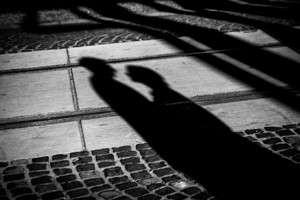 Die Schatten eines Liebespaares sind auf dem Boden der Zeche Zollverein zu sehen.