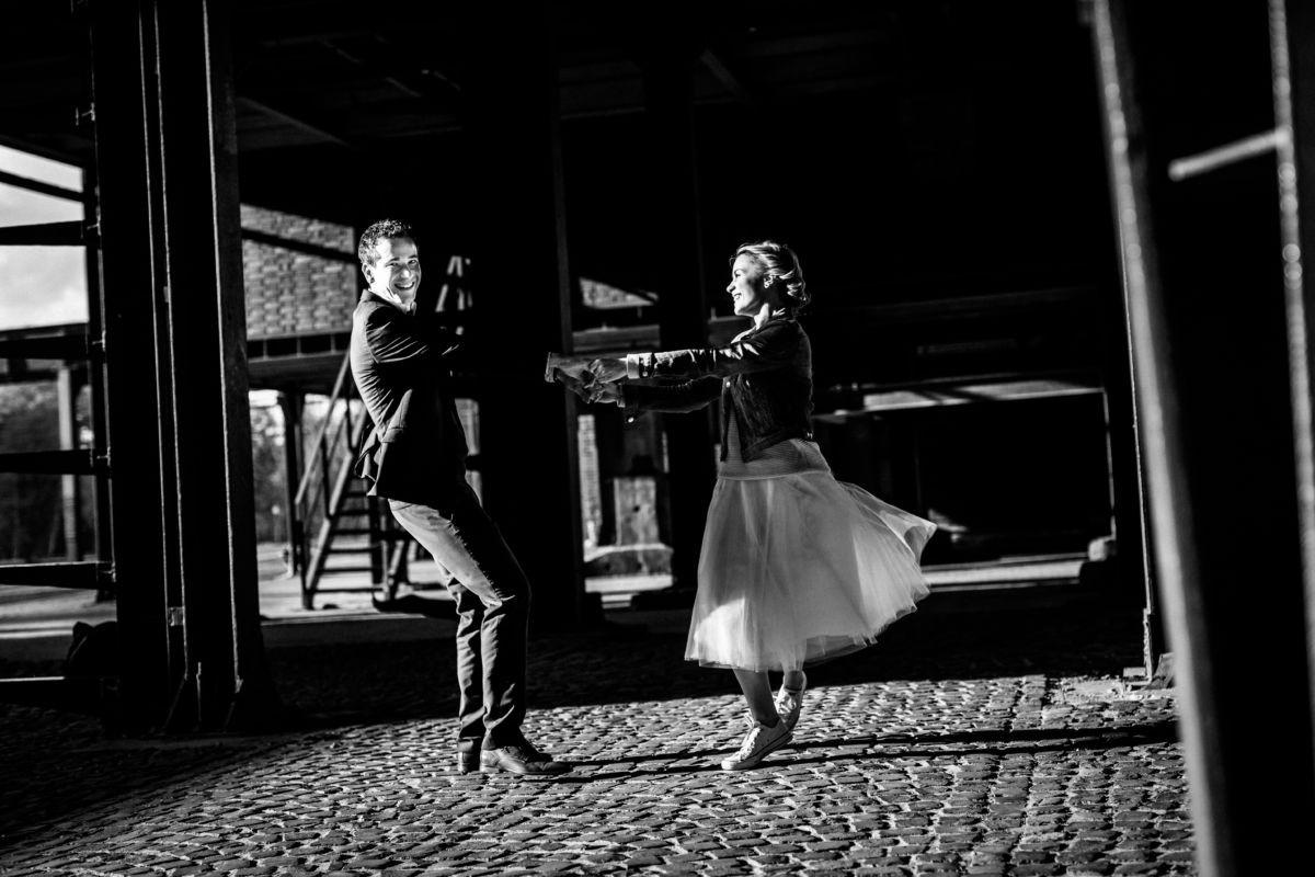 Ein Paar tanzt verliebt auf Zeche Zollverein in Essen im Ruhrgebiet.
