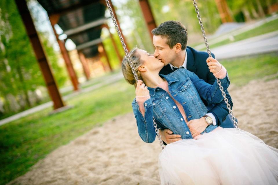 ein Paar küsst sich auf der Schukel an der Zeche Zollverein im Ruhrgebiet
