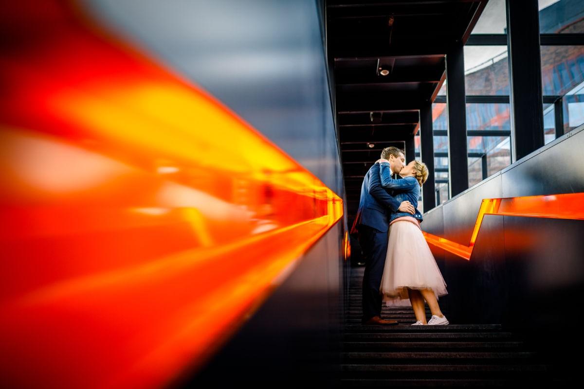 Ein Paar küsst sich auf einer Treppe an der Zeche Zollverein.