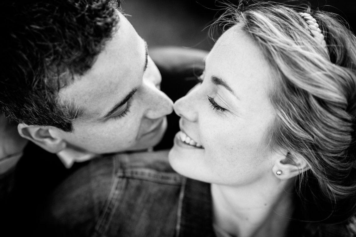 Nahaufnahme von einem Paar dass sich vertliebt in die Augen schaut