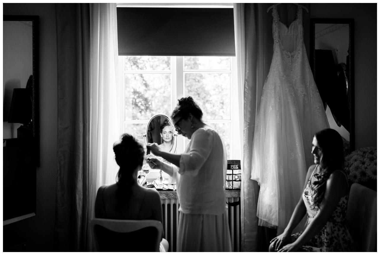 Die Frisuerin macht die Brautfrisur in der Villa Vera in Wetter.