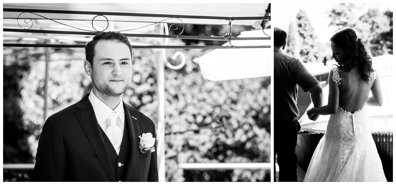 Der Bräutigam steht am Altar und sieht seiner Braut entgegen.