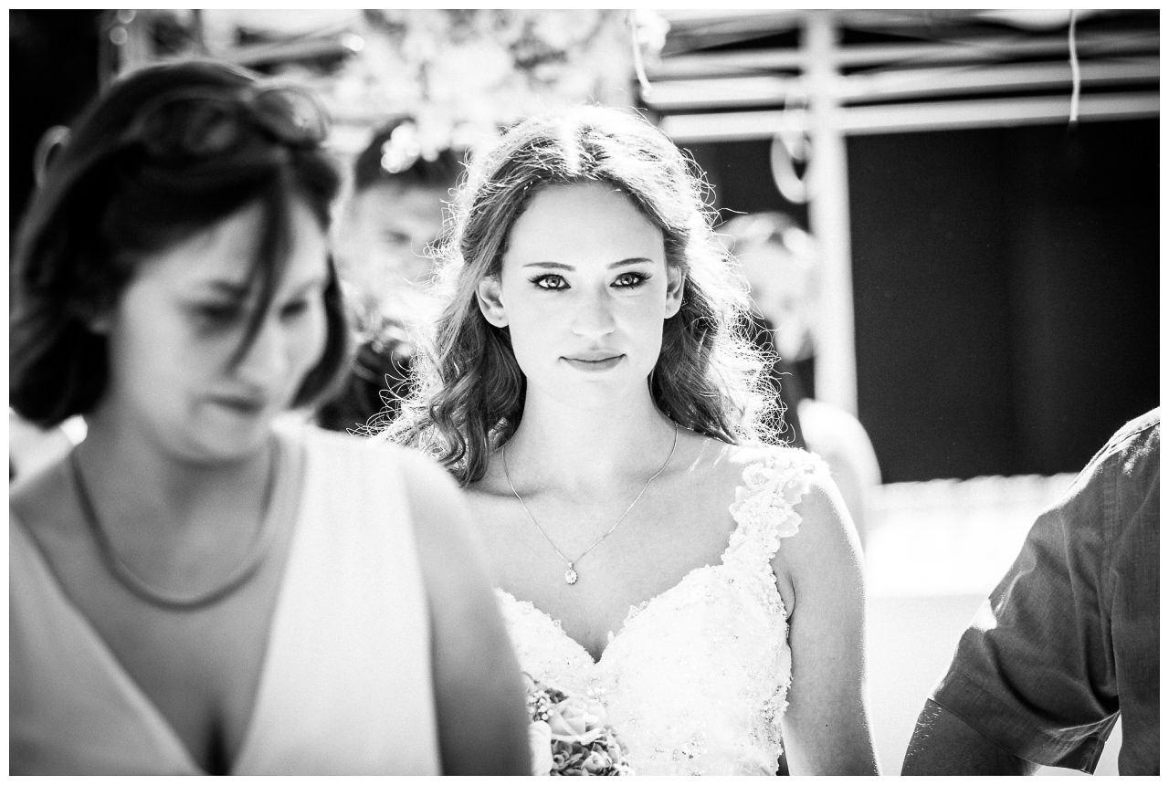 Die Braut wird von ihrem Brautvater zur Trauung geführt.