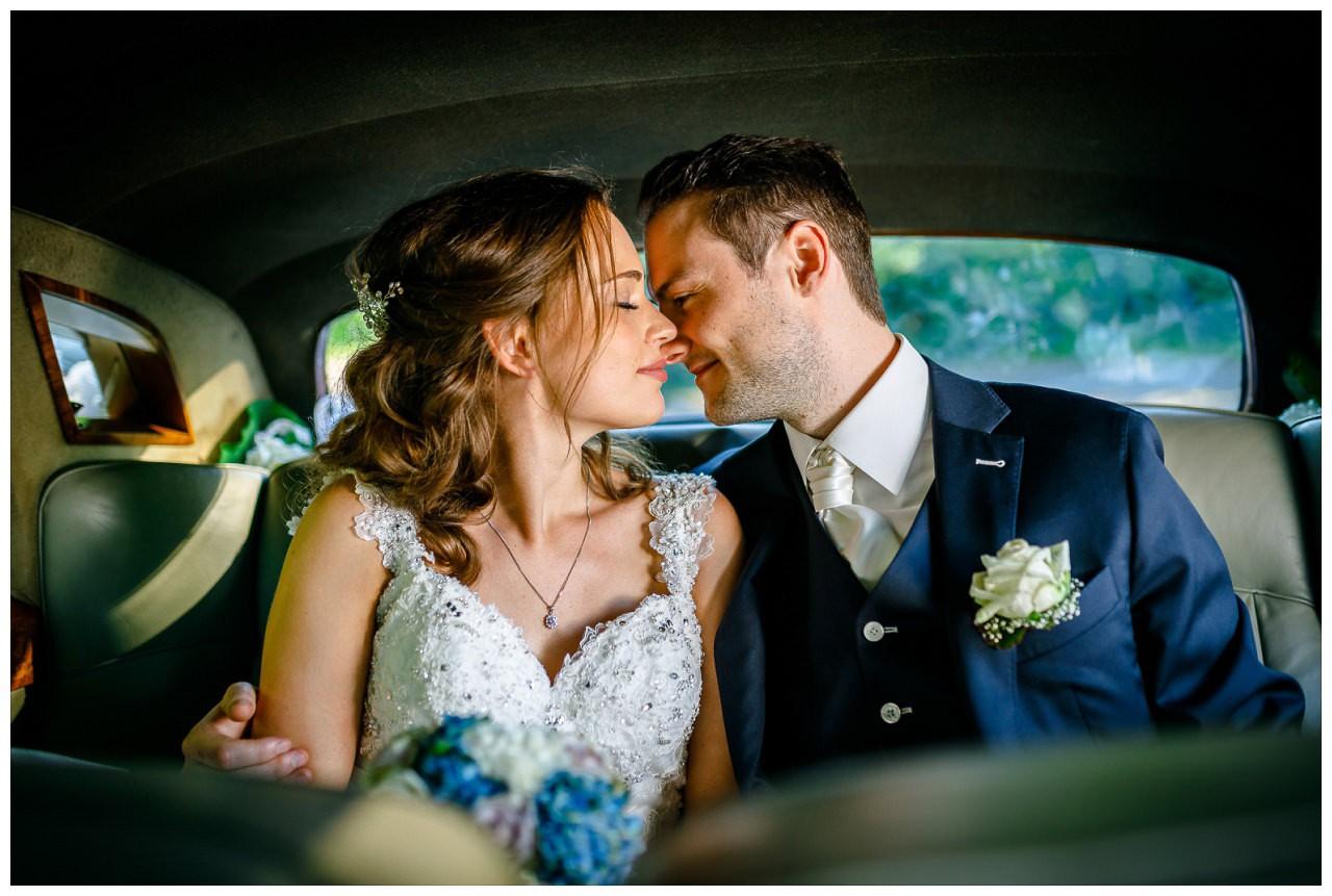 Hochzeitsfoto im Hochzeitsauto.