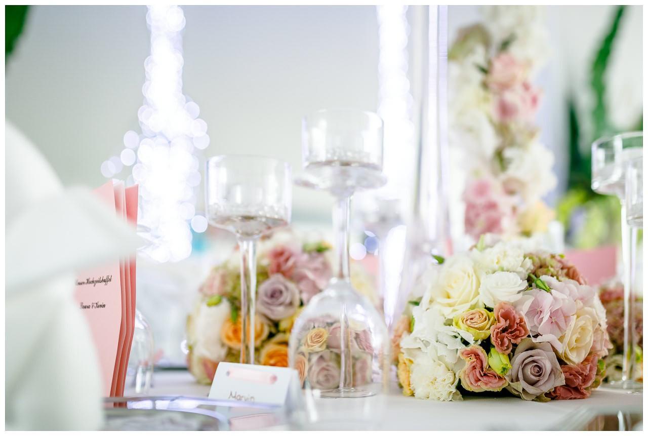 Tischdekoration Blumen und Glas.