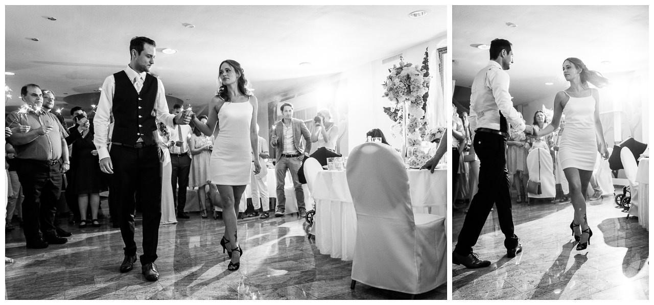 Das Brautpaar tanzt den Hochzeitstanz.